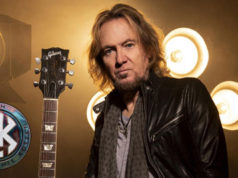 "Adrian Smith recuerda la historia del tema inédito de IRON MAIDEN ""Reach Out""."