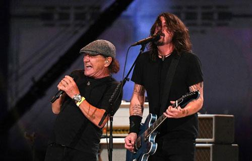 Brian Johnson canta clásico de AC/DC con FOO FIGHTERS