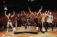 Iron Maiden saludando